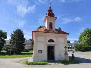 Pryč s vlhkostí. Kaplička v Kosově má nyní místo dveří kovanou mříž