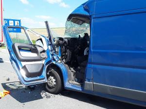 Na D1 se srazila dodávka a nákladní auto. Jednoho řidiče museli hasiči vyprostit