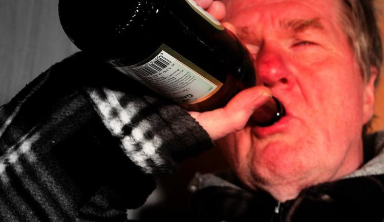 Muž v podroušeném stavu usnul na chodníku. Jiný opilec ho mezitím okradl, při útěku před policií se však zranil
