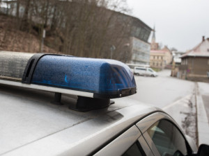 Na Jiráskově ulici někdo poškodil autobus. Škoda je dvacet tisíc korun