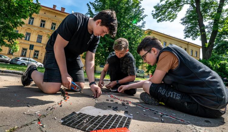 Procházka jihlavskými Smetanovými sady je teď barevnější. Chodník zdobí mozaiky od dětí