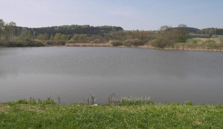 Nedělní koupání dvou mužů na Jihlavsku skončilo tragicky. Jeden z nich se asi utopil