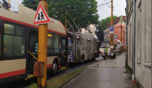 Bouřka v Jihlavě zastavila na hodinu a čtvrt trolejbusy. Jezdily pouze vozy na baterie a autobusy