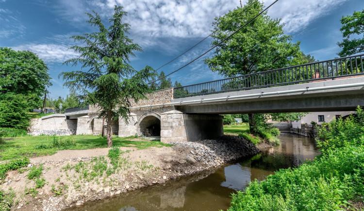 """Most v Malém Beranově je opravený. Dozdíval se """"omšelými"""" kameny z polí"""