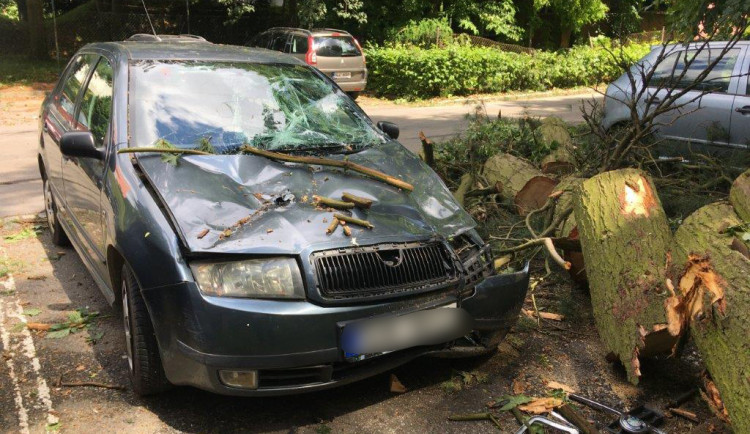 Úterní bouřka si v Jihlavě vyžádá mimořádné náklady na úklid a opravy. Radní Beke doporučuje připojistit levnější auta