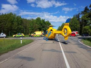 Střet motorkáře s cyklistou si vyžádal zásah vrtulníku. Škoda se dostala na 55 tisíc korun