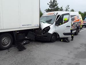 Nehoda na 79. kilometru komplikuje dopravu na dálnici. Směr na Brno je průjezdný jen jedním pruhem