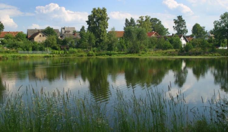 V Nové Vsi přetekla hráz rybníka, zasaženo bylo 6 domů. Hasiči evakuovali 20 lidí