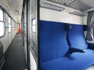 Opilec ve vlaku chtěl po cizí ženě, aby ho objala. Když odmítla, začal jí nadávat a byl agresivní