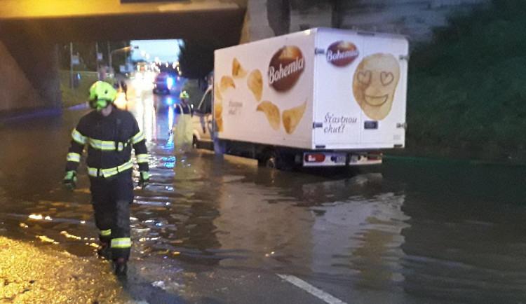 Hasiče opět potrápila bouřka. Vyjížděli třeba i k zatopenému viaduktu v Pelhřimově, kde uvízlo několik aut