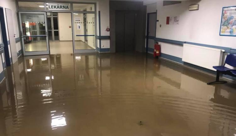 Voda z přívalového deště zatopila část pelhřimovské nemocnice. Dostala se i do vyšetřoven