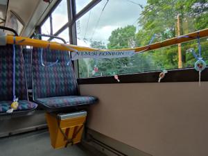 Řidič MHD dnes slavil narozeniny, v trolejbusovém voze rozvěsil pro cestující sladkosti