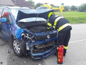 Střet dvou aut u Markvartic. Jeden člověk skončil v nemocnici, místo je neprůjezdné