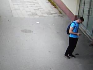 Muži v Jihlavě na Kollárově ulici vypadla z kapsy peněženka. Neznáte mladíka na fotce?