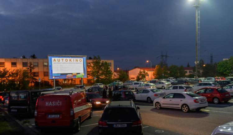 Pod chladicími věžemi v Dukovanech promítá největší autokino v Česku