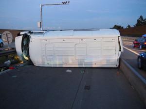 Obrovský hazard! Řidič dodávky převážel šestnáct osob, osm z nich se při páteční nehodě zranilo