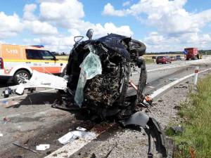 Nehoda u velkoberanovského kruháče. Auto skončilo na střeše, řidiče museli vystříhat