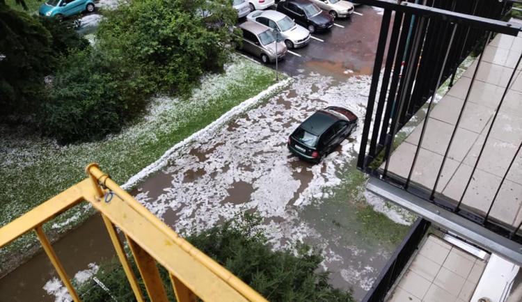 Hasiči po večerní deštích odstraňovali popadané stromy a odčerpávali vodu, nejhorší byla situace na Jihlavsku