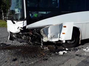 Po střetu s autobusem musel být vyproštěn řidič osobáku, zraněni jsou i dva cestující