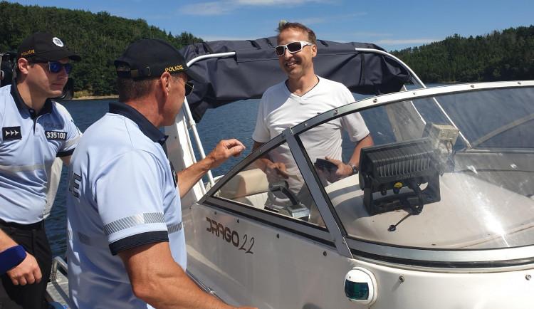 Policisté opět vyjeli na Dalešickou přehradu. Zjistili jízdu bez dokladů, překročení rychlosti a ohrožení plavců