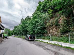 Před padajícím kamením bude chránit obyvatele Mostecké ulice speciální plot