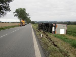 Řidič plně naloženého tahače během cesty popíjel ve velkém, po havárii nadýchal 2,7 promile