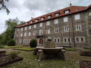Uvnitř známého, ale tajemného Hrádku. Někdejší školu pro Hitlerjugend nyní využívá policejní prezidium