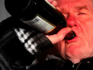 Opilý muž obtěžoval dívky na vlakovém nádraží, se třemi promile musel být odvezen na záchytku