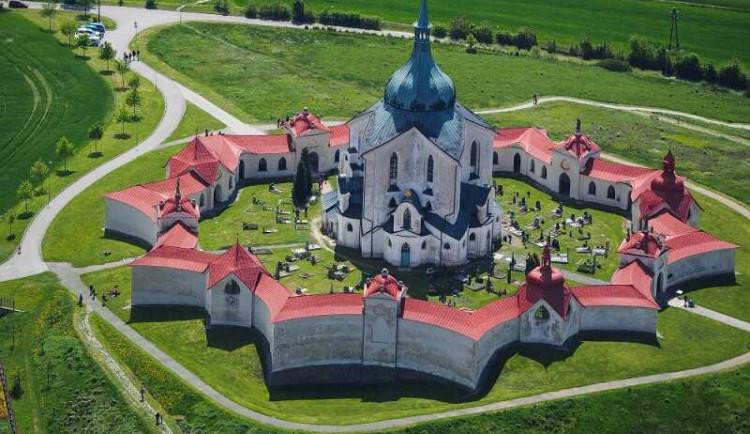 Na žďárské Zelené hoře končí opravy kostela. Farnost začne opravovat ambit