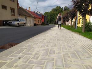 Obyvatelé Helenína mají nový chodník. Cesta do školy tak bude bezpečnější