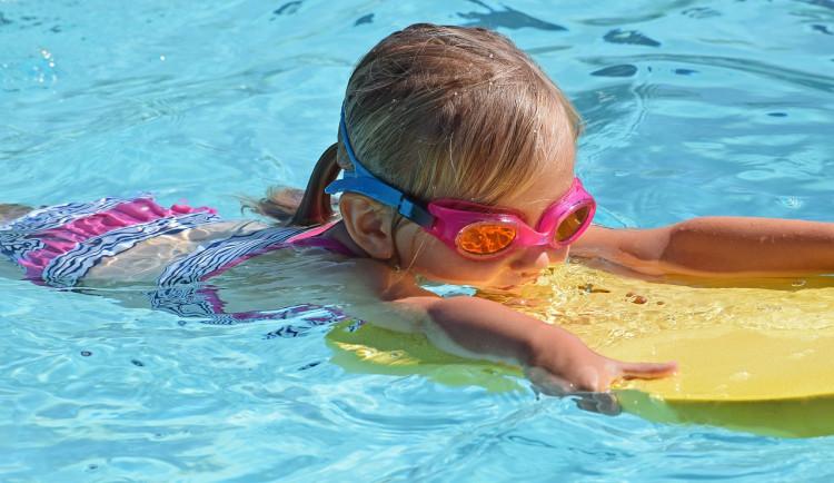 Vláda: Žáci jedné školy budou moct na plavání bez testů. Sport je možný bez rozestupu 1,5 metru