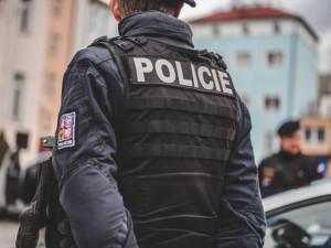 Vandalismus na jihlavských Březinkách. Neznámý člověk poškodil tři auta, hledá ho policie
