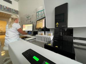 Jihlavští laboranti využívají nový analyzátor pro vyhodnocení moči