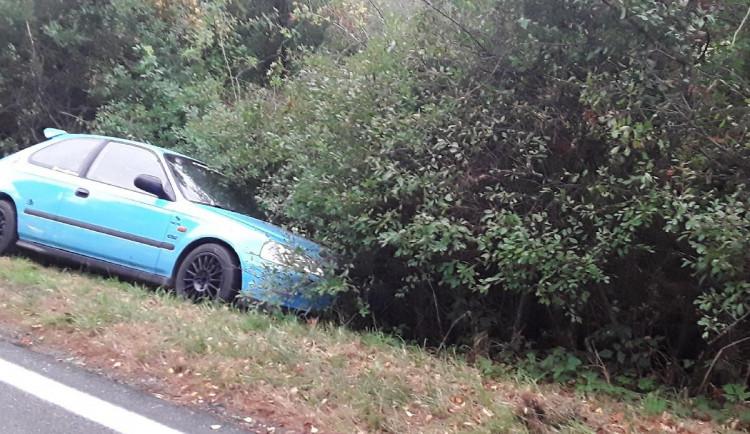 Řidič u Vysoké dnes ráno skončil v příkopu. Zranil se a byl převezen do nemocnice