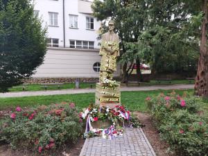 Zabaveno Ano-fertem! Řadu míst v ČR ohradila žlutá páska, k vidění je i v Jihlavě na soše T.G. Masaryka