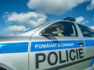 Nezodpovědní řidiči o víkendu: Dva muži popili alkohol a v autě pak bourali