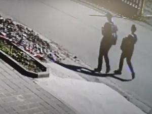 Posprejovaný vagon na jihlavském nádraží. Policie hledá dvě osoby na videu, nejsou vám povědomé?
