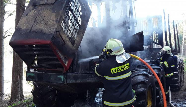 Hasiči zasahovali v lese u požáru vyvážecí soupravy. Škoda se dostala k 1,5 milionu korun