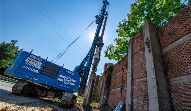 Do dokončení protihlukové stěny na I/38 zbývá měsíc. Obnovený sjezd do Pávova ulehčí tisícům lidí