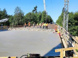 Tragický úraz na stavbě mostu u Dvorců. Mladého dělníka přimáčkla traverza, nehodu nepřežil
