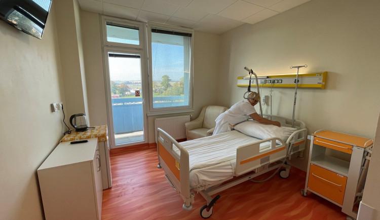 Onkologičtí pacienti v Jihlavě teď mohou využít nadstandardní pokoj. Podívejte se, jak vypadá