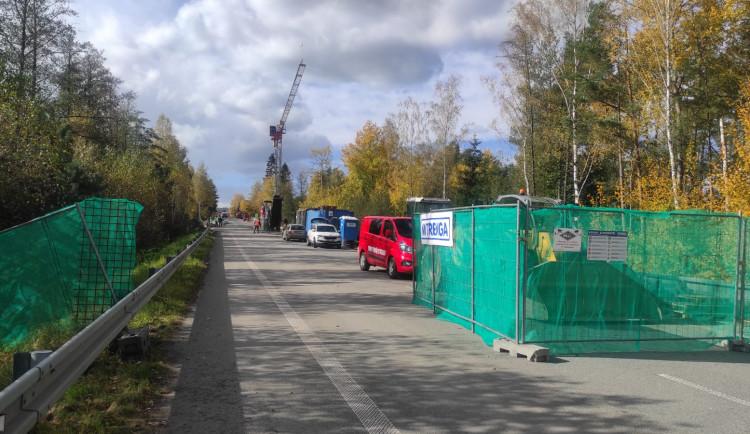 Konec omezení. Na mostě u Dvorců na II/602 se finišuje, řidiči ho otestují 1. listopadu