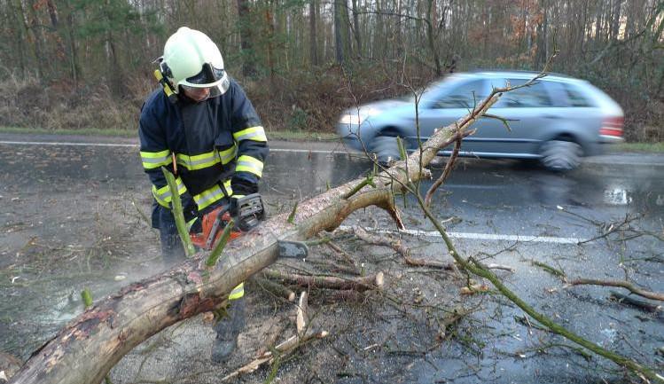 Policie kvůli silnému větru uzavřela dvě komunikace na Pelhřimovsku a na Jihlavsku