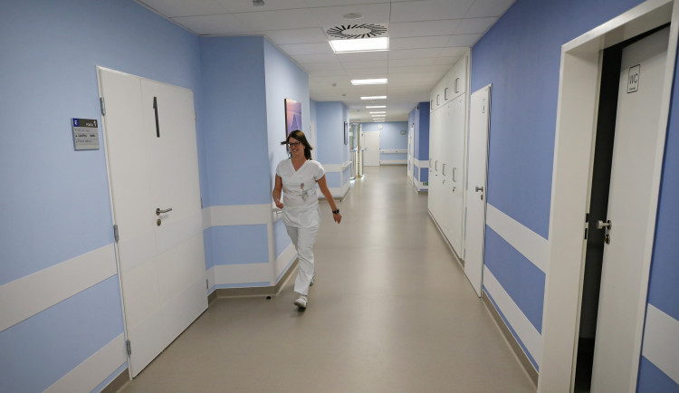 Jihlavská nemocnice se od pondělí uzavře pro návštěvy. Kdo bude mít výjimku?