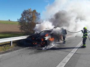 Na dálnici D1 hořelo Audi. Majiteli vznikla škoda 300 tisíc korun