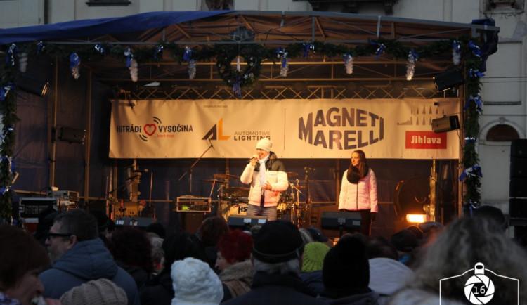 Jihlava zahájila advent rozsvícením vánočního stromečku na náměstí