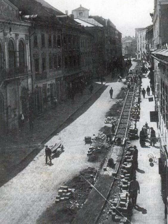 Pokládání kolejí v  dnešní Komenského ulici