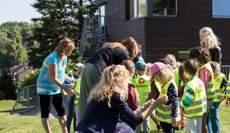 Drbna nadělila dětem ze školky U Dlouhé stěny