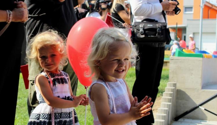 Nová školka v Jihlavě se dnes slavnostně otevřela dětem i rodičům