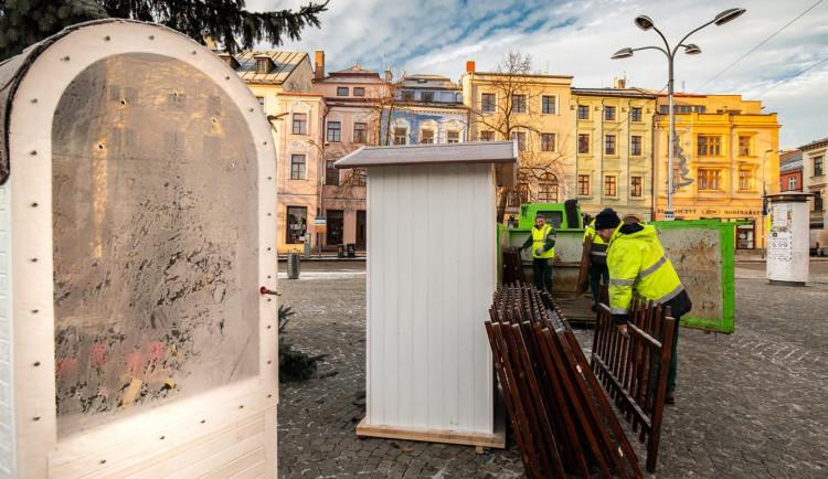 Z Masarykova náměstí mizí vánoční stromeček